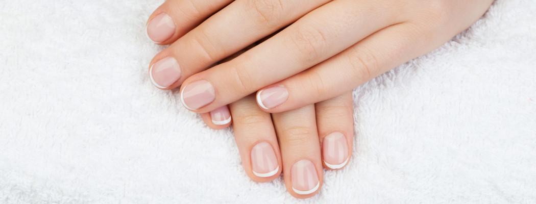 Hände mit schönen Nägeln