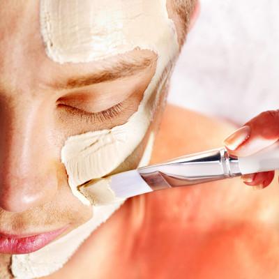 Mann bei Kosmetikbehandlung